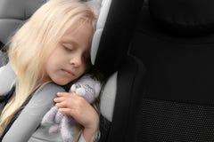Ξανθός ύπνος κοριτσιών στο κάθισμα ασφάλειας παιδιών Στοκ φωτογραφίες με δικαίωμα ελεύθερης χρήσης