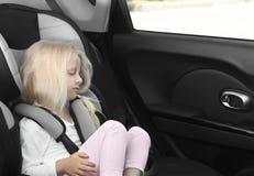 Ξανθός ύπνος κοριτσιών στο κάθισμα παιδιών Στοκ εικόνες με δικαίωμα ελεύθερης χρήσης
