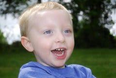 ξανθό αγόρι που γελά ελάχιστα Στοκ εικόνα με δικαίωμα ελεύθερης χρήσης