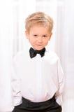 Ξανθό αγόρι στο άσπρο πουκάμισο με το μαύρο δεσμό τόξων Στοκ φωτογραφία με δικαίωμα ελεύθερης χρήσης