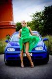ξανθό αυτοκίνητο προκλητικό Στοκ εικόνα με δικαίωμα ελεύθερης χρήσης