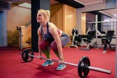 Ξανθό βάρος κοριτσιών που ανυψώνει στη γυμναστική Στοκ φωτογραφία με δικαίωμα ελεύθερης χρήσης