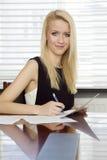 ξανθό γραφείο επιχειρηματιών Στοκ φωτογραφίες με δικαίωμα ελεύθερης χρήσης