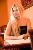 ξανθό εστιατόριο κοριτσι στοκ εικόνες