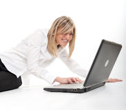 ξανθό ευτυχές lap-top Στοκ εικόνα με δικαίωμα ελεύθερης χρήσης