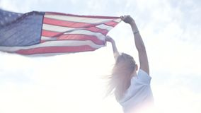 Ξανθό εφηβικό πρότυπο με τη αμερικανική σημαία φιλμ μικρού μήκους