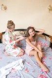 Ξανθό ελκυστικό νέο κάθισμα γυναικών φίλων κοριτσιών Στοκ φωτογραφία με δικαίωμα ελεύθερης χρήσης