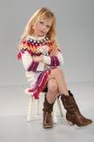 ξανθό ζωηρόχρωμο χαριτωμένο κορίτσι ενδυμάτων Στοκ εικόνα με δικαίωμα ελεύθερης χρήσης