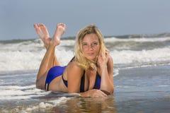 Ξανθό θηλυκό πρότυπο στην παραλία Στοκ Εικόνα