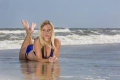 Ξανθό θηλυκό πρότυπο στην παραλία Στοκ Φωτογραφίες