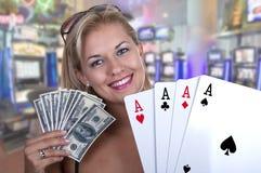 Ξανθό θηλυκό πρότυπο χαμόγελο κρατώντας ένα χέρι πόκερ του εναλλασσόμενου ρεύματος τέσσερα Στοκ εικόνες με δικαίωμα ελεύθερης χρήσης