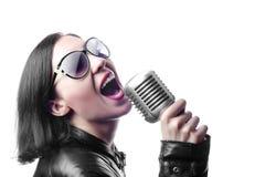 ξανθό κάτω θηλυκό τρίχωμα κοριτσιών ζωνών ανασκόπησης που βάζει το λαϊκό όμορφο τραγουδιστή βράχου μουσικής μικροφώνων ηγετών που Στοκ εικόνες με δικαίωμα ελεύθερης χρήσης