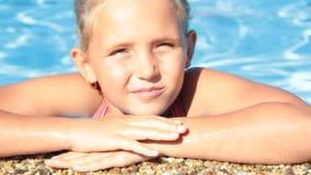 Ξανθό καλοκαίρι λιμνών πορτρέτου μικρών κοριτσιών απόθεμα βίντεο
