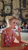 ξανθό καυτό πορτρέτο ποτών φλυτζανιών Στοκ εικόνα με δικαίωμα ελεύθερης χρήσης