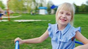 Ξανθό κορίτσι 6 έτη που κυλούν σε μια περιστρεφόμενη ταλάντευση POV βίντεο απόθεμα βίντεο