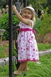 ξανθό κορίτσι κήπων λίγα Στοκ Φωτογραφίες