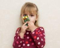 ξανθό κορίτσι καραμελών λί&ga Στοκ εικόνα με δικαίωμα ελεύθερης χρήσης