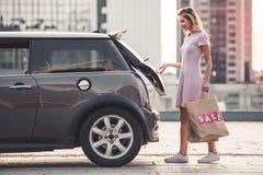 Ξανθό κορίτσι κοντά στο αυτοκίνητο στοκ εικόνα