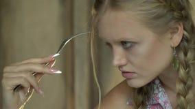 Ξανθό κορίτσι με ένα δίκρανο απόθεμα βίντεο