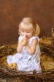 ξανθό κορίτσι με τα κοτόπουλα στοκ εικόνες