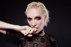 Ξανθό κορίτσι με τα κόκκινα καπνώδη μάτια makeup Στοκ Εικόνα