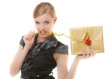 Ξανθό κορίτσι με τη χρυσή κορδέλλα κιβωτίων δώρων Χριστουγέννων στα δόντια. Διακοπές. Στοκ φωτογραφίες με δικαίωμα ελεύθερης χρήσης