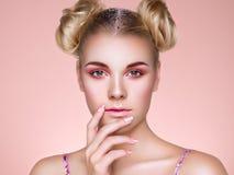 Ξανθό κορίτσι με το κομψό και λαμπρό hairstyle στοκ εικόνες