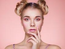 Ξανθό κορίτσι με το κομψό και λαμπρό hairstyle στοκ φωτογραφίες με δικαίωμα ελεύθερης χρήσης