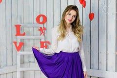Ξανθό κορίτσι με το πορτρέτο μπλε ματιών Στοκ Φωτογραφίες