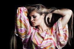 Ξανθό κορίτσι με το πολύ μακρυμάλλες πορτρέτο ομορφιάς στο μεταξωτό colorfu στοκ εικόνες