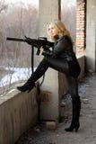 Ξανθό κορίτσι με submachine το πυροβόλο όπλο στοκ φωτογραφία με δικαίωμα ελεύθερης χρήσης