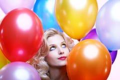 ξανθό κορίτσι μπαλονιών στοκ φωτογραφία