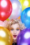 ξανθό κορίτσι μπαλονιών στοκ εικόνα με δικαίωμα ελεύθερης χρήσης