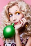 ξανθό κορίτσι μπαλονιών στοκ φωτογραφίες