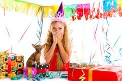 Ξανθό κορίτσι παιδιών κόμματος ευχαριστημένο από το κουτάβι παρόν στοκ εικόνα