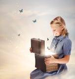 Ξανθό κορίτσι που ανοίγει ένα κιβώτιο θησαυρών στοκ εικόνες