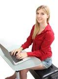 Ξανθό κορίτσι που εργάζεται σε έναν υπολογιστή Στοκ εικόνες με δικαίωμα ελεύθερης χρήσης