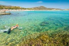 Ξανθό κορίτσι που κολυμπά με αναπνευτήρα στη θάλασσα κρυστάλλου της Σαρδηνίας Στοκ Φωτογραφίες