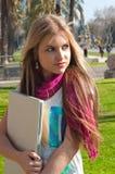 Ξανθό κορίτσι που κρατά ένα lap-top Στοκ Εικόνες