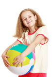 Ξανθό κορίτσι που κρατά τη σφαίρα παραλιών δύο χεριών Στοκ Εικόνες