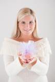 ξανθό κορίτσι που κρατά τι&sigm Στοκ φωτογραφία με δικαίωμα ελεύθερης χρήσης