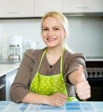 Ξανθό κορίτσι που μένει στην κουζίνα Στοκ Φωτογραφία