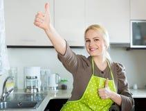 Ξανθό κορίτσι που μένει στην κουζίνα Στοκ φωτογραφία με δικαίωμα ελεύθερης χρήσης
