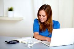 ξανθό κορίτσι που μαθαίνει τον όμορφο χαμογελώντας σπουδαστή Στοκ Φωτογραφίες