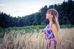 Ξανθό κορίτσι που στέκεται στο σίτο Στοκ φωτογραφίες με δικαίωμα ελεύθερης χρήσης