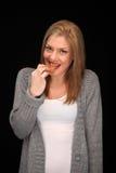 Ξανθό κορίτσι που τρώει ένα μπισκότο στοκ φωτογραφία με δικαίωμα ελεύθερης χρήσης