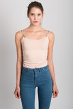 Ξανθό κορίτσι που φορά το τζιν παντελόνι και την μπλούζα όμορφες νεολαίες γυναικών στούντιο ζευγών χορεύοντας καλυμμένες Στοκ Εικόνες