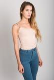 Ξανθό κορίτσι που φορά το τζιν παντελόνι και την μπλούζα όμορφες νεολαίες γυναικών στούντιο ζευγών χορεύοντας καλυμμένες Στοκ Φωτογραφία