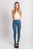 Ξανθό κορίτσι που φορά το τζιν παντελόνι και την μπλούζα όμορφες νεολαίες γυναικών στούντιο ζευγών χορεύοντας καλυμμένες Στοκ φωτογραφίες με δικαίωμα ελεύθερης χρήσης
