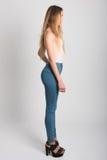 Ξανθό κορίτσι που φορά το τζιν παντελόνι και την μπλούζα όμορφες νεολαίες γυναικών στούντιο ζευγών χορεύοντας καλυμμένες Στοκ Φωτογραφίες